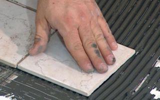 Как клеится плитка на дерево или фанеру (видео)