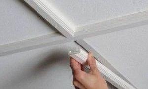 Как клеить плинтуса на натяжной потолок (видео)