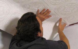 Как самостоятельно поклеить обои на потолок (видео)