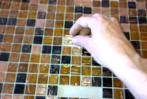 Клеим мозаичную плитку