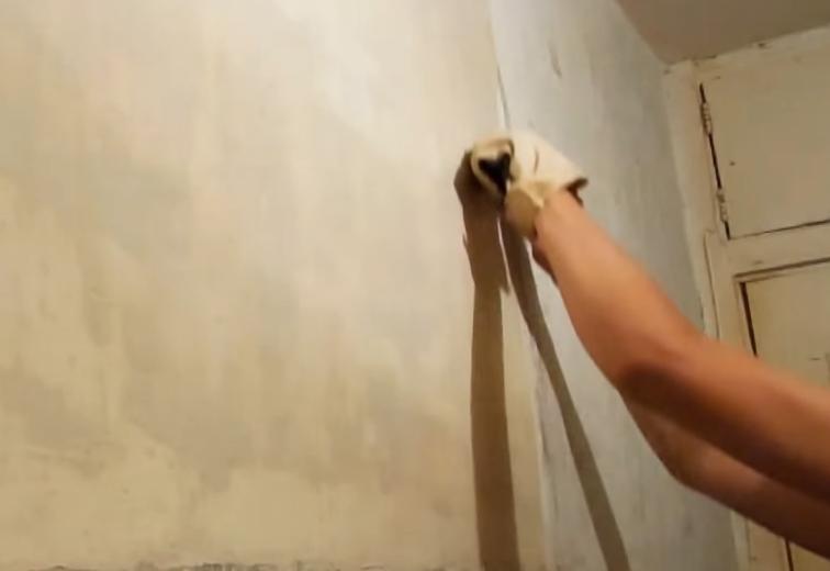 Удаляем побелку со стен шпателем